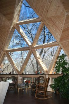 Could be a solution for monolithic dome windows too : Geodesic Dome Home Living A Natural Spaces geodesic dome home offers you a lifestyle that is at once comfortable, efficient and affordable while it is exciting, uplifting, inspiring and passionate. Natural Homes, Natural Home Decor, Triangle Window, Geodesic Dome Homes, Dome House, Natural Building, Round House, Home Living, Living Rooms