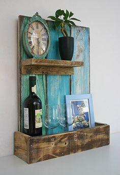 **Upcycling-Regal aus Palettenholz**  Das Wandregal wurde aus alten, recycelten Palettenholz angefertigt und im Shabby-Look in hellen Türkis- und Blautönen gestrichen. Auf der Rückseite sind...