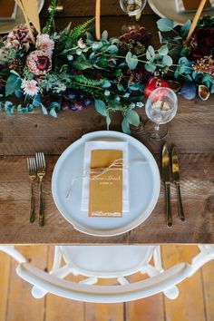 Fall wedding table decor | Image by Green Antlers Photography
