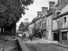 Le deuxième jour de l'invasion de la Normandie, les soldats d'infanterie américains avancer prudemment dans Ste.Mere-Eglise