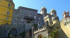 """""""Wie echt wil genieten doet er goed aan om het Parc en Palácio de Penã te bezoeken.   In het park zijn vele bezienswaardigheden maar niets in het park is zo prachtig als het paleis zelf. Een sprookjesachtig paleis met vele kleuren gebouwd op de ruïnes van een voormalig klooster door de toenmalige koning van Portugal."""""""
