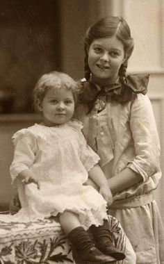 In December 1914 with sister Marjorie Vintage Family Photos, Vintage Children Photos, Vintage Girls, Vintage Pictures, Old Pictures, Vintage Images, Old Photos, Children Pictures, Family Album