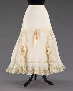 Petticoat Date: Culture: probably American Medium: silk, cotton Dimensions: Length at CB: 36 in. cm) Credit Line: Brooklyn Mus. Retro Mode, Vintage Mode, Vintage Ladies, 1900s Fashion, Edwardian Fashion, Vintage Fashion, Historical Costume, Historical Clothing, American Apparel