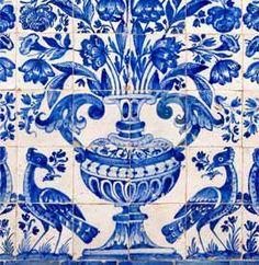 Painéis de azulejos de padrão monocromático, pertencentes à igreja de Nossa Senhora da Boa Fé, nos arredores de Évora. Conjunto de albarradas, quase simétricas, com representação de vaso florido, asado, com bojo ornamentado por godrões e pé com folhas de acanto. O conjunto é ladeado por par de aves com ramo no bico. Cada albarrada é composta por painéis de seis por sete azulejos. Os painéis são rematados por uma barra azul e branca, decorada por enrolamentos de folhas de acanto estilizadas…