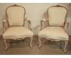 Pareja de butacas francesas estilo Luis XV de Francia talladas, doradas, pintadas y decapapadas. Nuevamente tapizadas.Se puede hacer nueva tapiceria al gusto del cliente. http://www.anticuarium.es/
