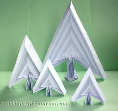 origami christmas tree - from a Russian site - click on the blue written Диаграмма and you can download the instruction
