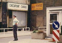 A travessia da Alemanha Oriental para a Ocidental era possível através de lugares específicos. O mais famoso deles se chamava Checkpoint Charlie, mas, ainda assim, a burocracia para isso era extremamente grande.