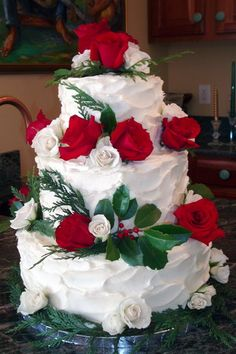 Christmas wedding cakes for the winter brides and festive Christmas cakes for bread decorating ideas, pastry chefs, and decorators. The winter wedding cake is fun to be created. Wedding Cake Decorations, Wedding Cake Designs, Christmas Wedding Cakes, Wedding Anniversary Cakes, 25th Anniversary, Fancy Cakes, Floral Wedding, Our Wedding, Cake Wedding