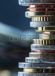 Las monedas en euros. Dinero euro. Currency.Coins Euro apilados unos sobre otros en diferentes posiciones. Concepto de dinero