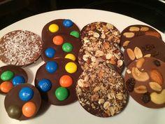 Chocoladeflikken, super makkelijk te maken Chocolate Bark, Chocolate Recipes, Candy Recipes, Baking Recipes, Macarons, Chocolates, Bark Recipe, Mini Cheesecakes, High Tea