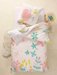"""Schön wie ein Sommerwiese: Die sommerlich bedruckte Kinderbettwäsche bezaubert mit Blumen in zarten Pastelltönen. Das Bettwäsche-Set ist aus hochwertiger Baumwolle gearbeitet und in 5 Größen zu haben. Produktdetails:Set aus Bett- und Kissenbezug """"Blumen"""": Hochwertige Qualität, reine Baumwolle. Oeko-Tex Standard 100 Zertifikat CQ 1109/1 IFTH. Kissenbezug: Eine Seite mit Einzelmotiv, eine Seite allover bedruckt. Bettdecke: Seiten unterschiedlich bedruckt. Der breite Umschlag am..."""