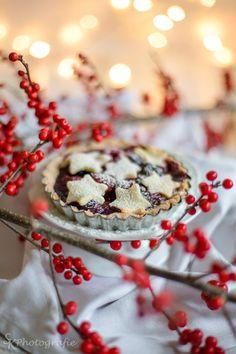 Perfektes Weihnachtsrezept: Winterliche Sternen-Beeren-Tartelettes mit Zimt, Kardamon und einer köstlichen Vanillesoße | Alles und Anderes