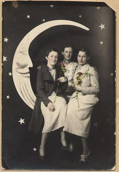 BEAUTIFUL GIRLFRIENDS TOGETHER vtg PAPER MOON ARCADE photo HAND TINTED COLOR