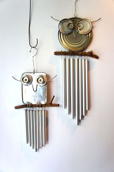 recycled owl chimes out of food can lids More You are going to love to make your own Saucepan Lid Owls and they are a very easy DIY. We have lots of inspiration in our post and bike wheel Owls too. Aluminum Can Crafts, Tin Can Crafts, Owl Crafts, Metal Crafts, Aluminum Cans, Animal Crafts, Tin Can Art, Tin Art, Carillons Diy