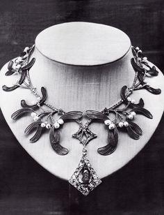 Lost masterpiece of Georges Fouquet - An Art Nouveau gold, enamel, diamond, sapphire and emerald 'Mistletoe' necklace, 1904-05. Presumed lost. Source: Die Fouquet 1860-1960 - Schmuck-Künstler in Paris. #GeorgesFouquet #ArtNouveau #necklace
