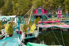 Visionary artists Wayne Adams and Catherine King built their first floating home together back in 1992 right off the coast of Vancouver Island in British Columbia. Freedom Cove, their self-sufficient floating oasis Floating Island, Floating House, British Columbia, Self Sustaining, Floating Platform, Eco Architecture, Modern Metropolis, Off The Grid, Construction