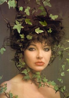 Kate got tangled in vines as she was 'runnin up that hill' . I mean only thee Kate bush would have a photo shoot of uber lovely vine action I her hair do. Beatrice Martin, Mazzy Star, Stevie Nicks, Female Singers, Music Artists, Beautiful People, Beautiful Women, Beautiful Lips, Poses