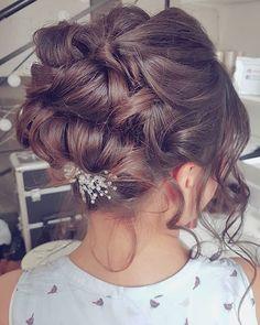 Wysokie upoecie na sesję ślubną Izy i nietypowa ozdoba - a w zasadzie nietypowe jej umiejscowienie  Lubicie wysokie upiecia czy raczej wolicie niskie tuż nad karkiem?  #fryzuraslubna #fryzurywroclaw #blogowlosach #wlosy #fryzury #hairbyjul #inspiracje #sesja #foto #brunetka #dziewczyna #hairinspo #hotd #instahair #instagood #lovehair #hairart