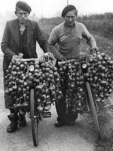 Photo de Johnnies d'oignon sur le site Bretagne France When I was a child in the living in Hampshire, the Breton onion sellers would come every year Vintage Photographs, Vintage Photos, Great Photos, Old Photos, Photo Bretagne, Harbor Town, Foto Poster, Beauty And The Best, Brittany France