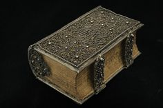 Filigree silver binding    Photo: István Borbás/National Library of Sweden    This binding is an exquisite example of Danish filigree technique from the 1690s. It belongs to the National Library's Huseby Collection and was once owned by Karren Mogensdotter Skoug. Her name and the year 1692 are engraved on the inside of the clasps. Retrieved by the web. No copyright available.