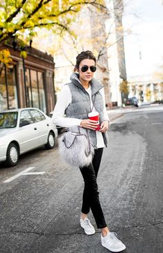 Grey Vest for Winter Outfits for women - Fashion Western Outfits, Mode Outfits, Casual Outfits, Fashionable Outfits, Puffer Vest Outfit, Black Vest Outfit, Outfit Jeans, Look Adidas, Silvester Outfit