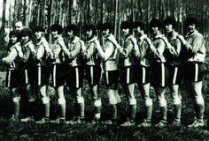 Il y a cent ans, le 30 septembre 1917, deux équipes du club parisien Fémina Sport disputaient la première rencontre de football féminin sur le sol français. Le début d'une longue histoire.