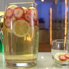 Strawberry Lemonade Sangria, Pink Lemonade Vodka, Peach Vodka, Citrus Vodka, Raspberry Vodka, Lemonade Cocktail, White Wine Punch, White Wine Spritzer, Vodka Sangria