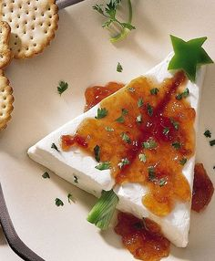 Cream cheese and pepper jelly Christmas tree appetizer - how clever! Cut a cream cheese block on the diagonal to have the pieces to make a tree shape, then add some bell pepper decorations and some pepper jelly, and serve with Wheat Thins. Christmas Tree Food, Christmas Cooking, Christmas Goodies, Xmas Tree, Christmas Apps, Christmas Entertaining, Xmas Food, Christmas Parties, Family Christmas