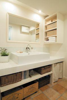 洗面ボウルはスクエア型、洗面化粧台の天板はタイルを施している。【リノベ暮らしな人々】