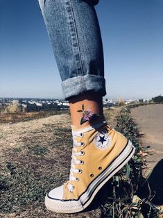hightop chuck taylor converse shoes in yellow Converse All Star, Mode Converse, Estilo Converse, Sneakers Mode, Outfits With Converse, Converse Sneakers, Yellow Converse, Converse Tumblr, Sock Shoes