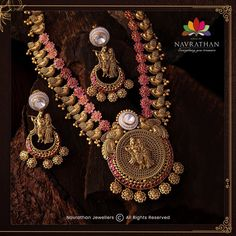 Don't Miss These Royal Looking Necklace Designs!! • South India Jewels Indian Gold Jewellery Design, Antique Jewellery Designs, Jewelry Design, Gold Jewelry Simple, Simple Necklace, Silver Jewelry, Diamond Necklace Set, South India, Temple Jewellery