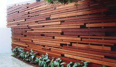 Contemporary screen designed by Evolve Gardens Diy Privacy Fence, Privacy Screen Outdoor, Backyard Privacy, Backyard Fences, Modern Wood Fence, Wood Fence Design, Modern Fence Design, Wooden Fence Gate, Wooden Facade