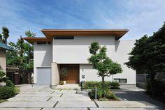 光の中でナチュラルな木の味わいを楽しむ家 Exterior Wall Design, Modern Exterior, Style At Home, Modern Minimalist House, Minimal Architecture, Facade House, Modern Industrial, House Front, Entrance