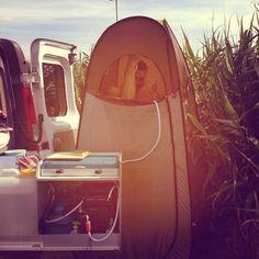 Douche cabine seconds Quechua et chauffe eau instantané Kampa Geyser, le combo idéal pour avoir le minimum de confort en camping