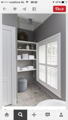 Prachtige landelijke badkamer met de combinatie van steen hout en kleur... En de eenvoud en puurheid van wit