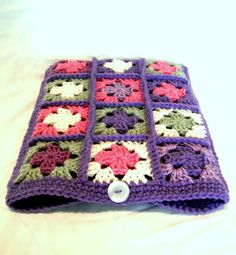 crochet granny square laptop sleeve - i'm going to come up with something like this for my ipad Crochet Daisy, Crochet Home, Crochet Granny, Cute Crochet, Crochet Crafts, Crochet Projects, Knit Crochet, Crochet Blouse, Granny Squares