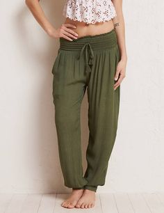 Aerie girls wear the pants! Our faves for your bottom half. Yoga Pants Outfit, Harem Pants, Best Coachella Outfits, Slouchy Pants, Floral Pleated Skirt, Soft Pants, Joggers Womens, Elastic Waist Pants, Yoga Fashion