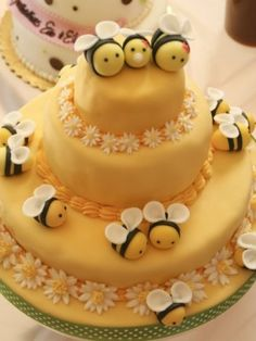 Buzzing Beautiful Cakes with Bees Bee Cakes, Fondant Cakes, Cupcake Cakes, Fondant Icing, Pretty Cakes, Beautiful Cakes, Amazing Cakes, Bumble Bee Cake, Bumble Bees