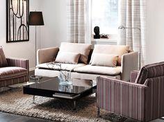 """Ein Wohnzimmer mit SÖDERHAMN 3er-Sofa mit Bezug """"Replösa"""" in Beige, MELLBY Sesseln mit Bezug """"Kulladal"""" in Bunt und TOFTERYD Couchtisch Hochglanz schwarz"""