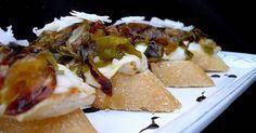 Fabulosa receta para Pintxo de pollo y mozarella caramelizado. Montaditos con capas de mozzarella, pechuga, cebolla, pimiento y queso manchego curado.