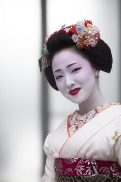 祇園甲部、舞妓 まめ藤さん CAMERA EOS5DMarkⅡ / LENS EF135mm... Geisha Japan, Geisha Art, Japanese Geisha, Japanese Beauty, Japanese Kimono, Vintage Japanese, Kyoto, Kabuki Costume, Memoirs Of A Geisha