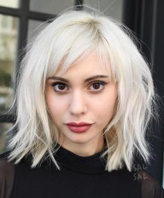 19 beautiful wavy hairstyles Bob with bangs Peinados de Bob 0 Mar 2018 Bob Hairstyles 0 Bob cuts one of the best short hair trends in And in this year we will find the best ideas of recent years and we will create this gallery for lovers of wavy hair … Choppy Bob With Bangs, Bob Hairstyles With Bangs, Oval Face Hairstyles, Short Hair With Bangs, Cool Hairstyles, Blunt Bangs, Thick Hair, Blonde Bob With Fringe, Shorter Hair