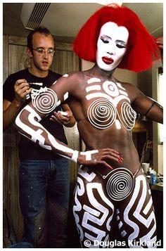 Keith Haring paints his iconic imagery on Grace Jones.  Keith Haring (Reading, Pensilvania, 4 de mayo de 1958 - Nueva York, 16 de febrero de 1990) fue un artista y activista social cuyo trabajo refleja el espíritu de la generación pop y la cultura callejera de la Nueva York de los años 1980. Keith Haring intentó combinar en su obra el arte, la música y la moda, rompiendo barreras entre estos campos.