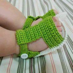 Sapato de croche Confeccionados com linha 100 algodão Tamanhos: 14 - 0 a 2 meses 15 - 2 a 4 meses 16 - 4 a 6 meses Crochet Baby Clothes Boy, Crochet Baby Sandals, Crochet Baby Boots, Crochet Shoes, Crochet Slippers, Love Crochet, Crochet For Kids, Knit Crochet, Knitted Baby