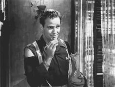 L'attore è un tizio che se non stai parlando di lui non ti ascolta. Marlon Brando