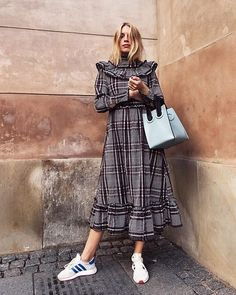 O vestido xadrez fica muito mais cool com o tênis Iniki Adidas.