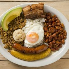 Bandeja Paisa These 18 Traditional Dishes Prove That Colombia Has The Best Food Colombian Dishes, Colombian Cuisine, Colombian Culture, Traditional Colombian Food, Honduran Recipes, Cuban Recipes, Honduran Food, Columbian Recipes, Gastronomia