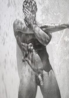 Vous aviez apprécié les photos de Thom Evans en speedo orange l'été dernier sur l'île d'Ischia, mais trouviez que Kelly Brooke était de trop dans ce tableau idyllique ? Réjouissez-vous, l'ancien rugbyman écossais s'en est débarrassé ! Voilà donc un sacré morceau de retour sur le marché du célibat... Cliquez ici pour lire cet article