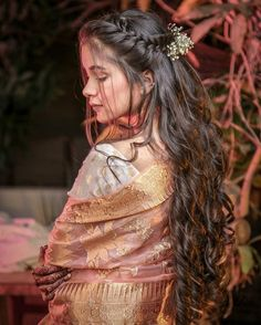 Check out the curly hairstyle for brides to flaunt at Indian marriages. Choose your hairstyle before you book makeup and hair artists from wedding vendors here. Lehenga Hairstyles, Mehndi Hairstyles, Open Hairstyles, Indian Hairstyles, Bride Hairstyles, Hairstyles For Dresses, Braided Bun Hairstyles, Bridal Hairstyle Indian Wedding, Bridal Hair Buns