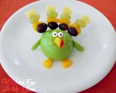 A turkey made out of fruit to stay healthy during Thanksgiving.